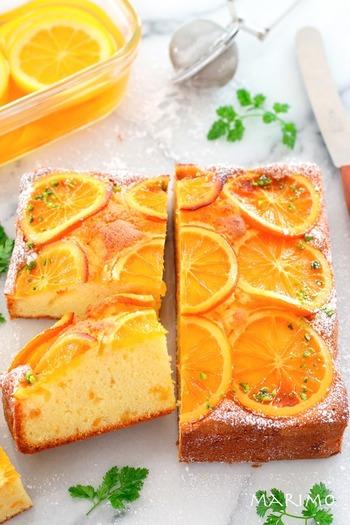 こちらは生地にオレンジピールを使っています。スライスしたオレンジはケーキのトップに並べて、一緒に焼いてしまうフォトジェニックな一品。刻んだピスタチオや粉砂糖でデコレーションすると、色合いのアクセントにもなってよりキレイな仕上がりに♪