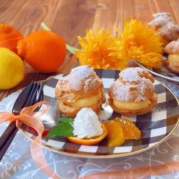 カスタードクリームにオレンジを加えた爽やかなクリームが決め手のシュークリームです!フレッシュオレンジの皮と果汁を使っても良いし、皮を使わずにオレンジジュースのみでも作れますよ。