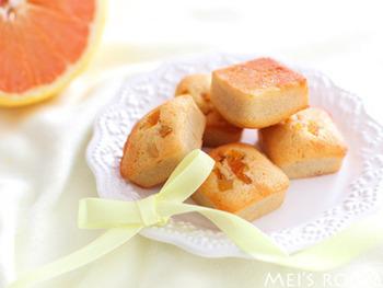 オレンジとグレープフルーツの似たもの同士の組み合わせは焼き菓子にも大活躍。こちらは、グレープフルーツの皮と果汁、オレンジピールを使ったフィナンシェのレシピです。一口サイズの型で作れば、ちょっとしたお土産やプレゼントにも最適ですね。
