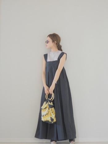 一見フレアスカートのように見える、ワイドタイプのオールインワン。シルクコットンのインナーを合わせて、女性らしいやわらかな印象のコーディネートを楽しみましょう。