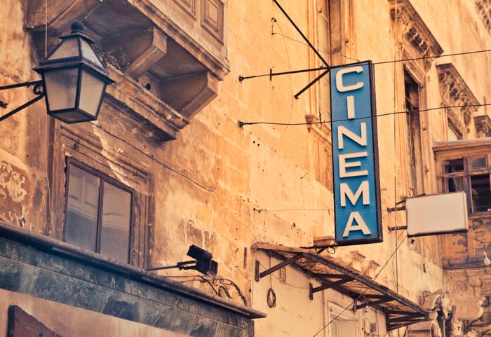 映画を観るときはだいたい家でDVD、という人が多いのでは。たまには大きなスクリーンと大音響で楽しめる映画館へ行ってみましょう。中でも新作や大作が集まるシネコンではなく、「ミニシアター」へ行くと、新しい感動が見つかるかもしれません。「ミニシアター」「単館映画館」などと呼ばれる小さな映画館では、映画会社などから独立して独自のこだわりや選択で映画を上映しています。このため、今まであまり観たことがないような作品とも出会うことができるのです。