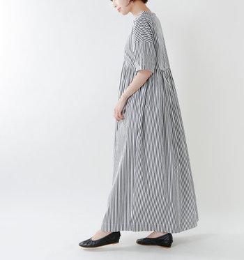 高めの位置で切り替えをしているので、上半身はすっきりと見えます。スカートはタックをたっぷりととって、贅沢な雰囲気に。ゆったりとしたワンピースは気持ちがやわらかくときめきます。