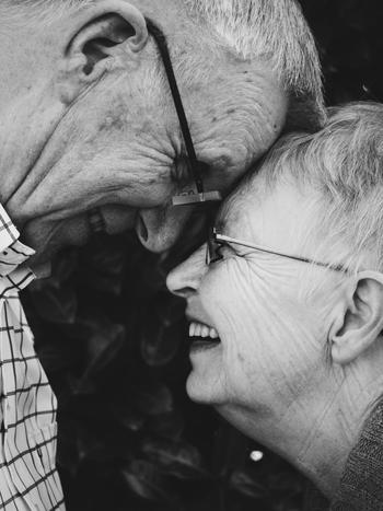 若い頃より多くのものを失うはずの高齢者が、実は幸福感の低下どころか向上を感じている現象は、世界各国の心理学的調査で明らかになっており、「加齢のパラドックス」「高齢化パラドックス」あるいは「幸福感のパラドックス」などと呼ばれています。
