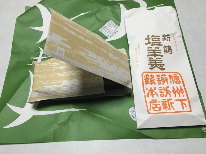 """""""諏訪大社御献上菓子""""にもなっている塩羊羹は伝統的なパッケージも和の趣がありとても素敵です。写真は化粧袋入りのもの。その他にも、紙箱入り、木箱入りなどが用意されているので、用途に合わせて選ぶことが出来ます。"""