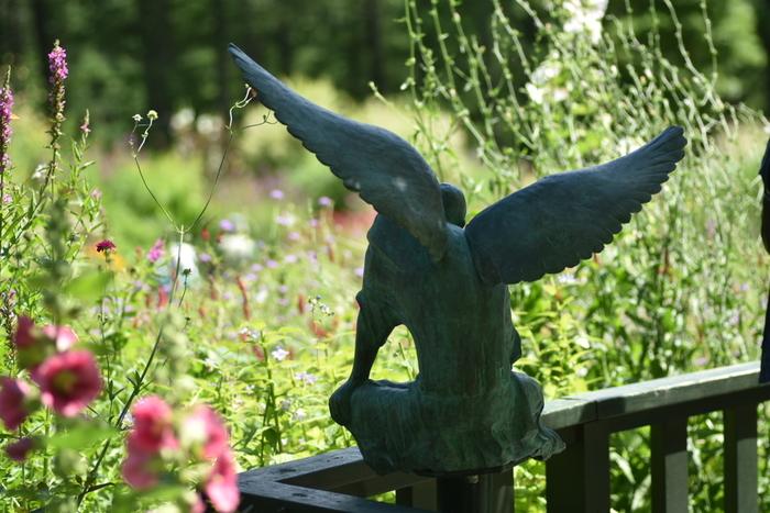 富良野を舞台にしたドラマ「風のガーデン」から生まれた、心癒される花の庭。450品種以上、約2万株の花々が風にそよぐ中、大天使ガブリエルの像が訪れる人を見守ります。