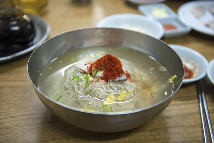 暑い夏には、観光途中にさっぱりとした韓国式冷麺はいかがでしょうか?食欲がない時でも、冷麺ならささっと喉を通り、気分も爽快です。韓国の冷麺は、さっぱりした味付けのスープで食べる「水冷麺(ムルレンミョン)」と辛いソースと混ぜ合わせて食べる「混ぜ冷麺(ビビンネンミョン)」の2つに大別されます。両方を堪能できるお店もあるので、訪れた際は立ち寄ってみるのもいいですね。