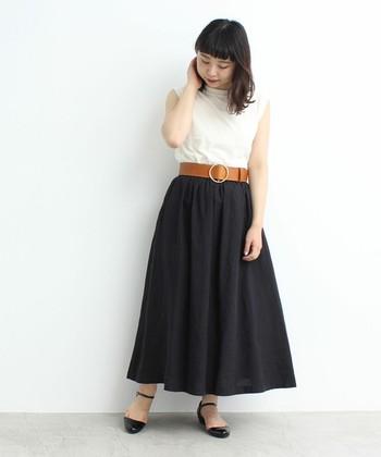 夏に敬遠されがちな黒のマキシスカートですが、リネン素材なら軽やかな雰囲気で取り入れられます。トップスはインして、太めのベルトを合わせるとトレンド感アップ。