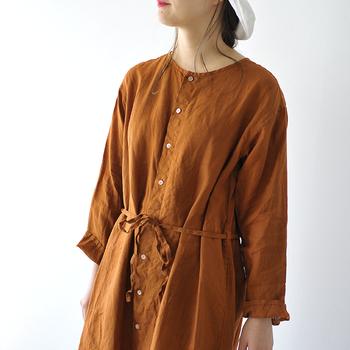 暑い国の人が暑くても長袖だったりしますよね。それはリネンのような通気性の良い素材だと、気化熱で涼感が得られるから。ジメジメした日本の夏も、リネンなら湿気が服の中にこもらないので暑さ対策にうってつけです。