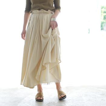 たっぷりのドレープが可憐なボリュームスカートです。裏地の裾にさりげなくレースがあしらわれており、おしゃれ心がくすぐられます。
