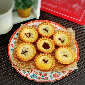 ワンボウル+ホットケーキミックスを使った簡単レシピ。無糖ヨーグルトを使ってしっとりと焼き上げます。レシピではタルト9個分+パウンド中型1本分なので、自宅用とおもてなし用に焼いてみるのも良いですね。