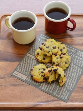 さつまいもとチョコチップの甘みを活かしたアメリカンクッキーです。バター・卵、生地に砂糖不使用!さつまいもは水にくぐらせた後、ラップに巻いてレンジでチンするだけで柔らかく、つぶしやすくなりますよ◎ヘルシーなクッキーはどんどん手が伸びてしまいそうですね。