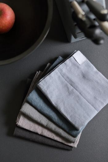 洗いざらしのままでも良く、アイロンをかければきちんとしたいときのテーブルに最適。さほど厚みがないので、半分に折ってランチョンマットとして。小さく折り畳んでコースター代わりにしても◎