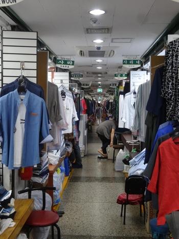 東大門市場では、一晩で様々なお店をはしごできるうえに、お洋服を始めバッグや靴、アクセサリーそしてお土産物まで揃っています。一般店よりも安く購入できるのも嬉しいポイントです。国内外からバイヤーが買い付けに来るほどの活気に溢れ、ローカルな雰囲気を楽しめるのも魅力です。