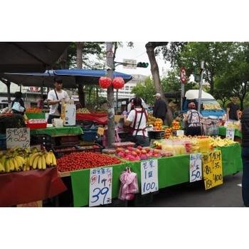 夏にはマンゴーやパイナップル、パッションフルーツなどのフルーツが売られます。購入する際に、お店の人にお願いするとその場でカットしてくれるので、フレッシュな南国フルーツを堪能しながら市場を回れますよ。
