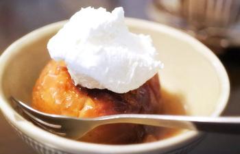 こちらは、冬限定スイーツの「焼きりんご」です。ぎゅっと味がしみたりんごに生クリームは、予想通り最高の組み合わせ。ぜひ1度は味わっていただきたい逸品です。