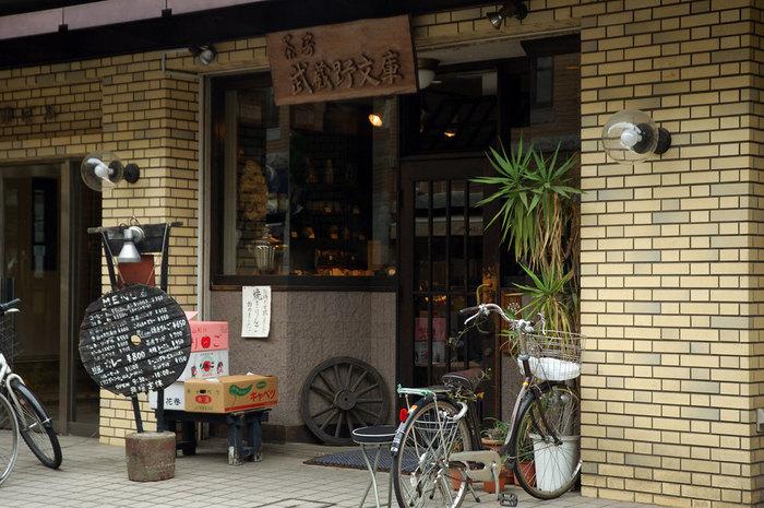 """喫茶店としてはもちろん、""""吉祥寺3大カレー""""のお店としても有名な「茶房 武蔵野文庫」。吉祥寺駅北口から、東急デパート方面に向かって歩いて5分のところにあります。外観も""""古き良き喫茶店""""といった雰囲気で、休憩するにはぴったりです。"""
