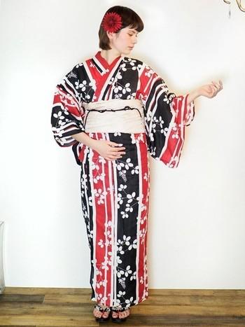 赤と黒をメインストリームに組み合わせた着こなし。髪飾りには赤のお花をちょこんと。インパクトのあるコントラストは、浅草という街に馴染みつつもパッと目を引くデザインです。