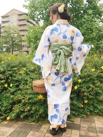 淡いきつね色のお花がフェミニンな浴衣には、落ち着いた黄緑の帯で可愛すぎを防止。