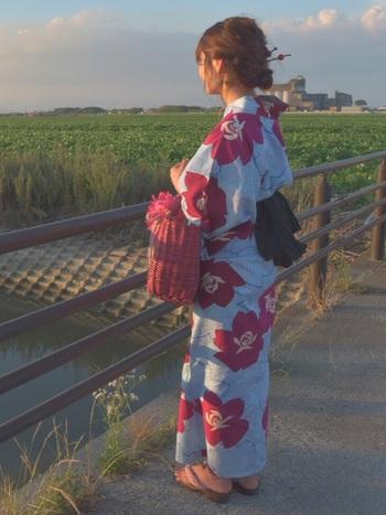 インパクトのある大きなお花が特徴的な浴衣には、お花と同色のバッグとかんざしを。アクセントは帯の黒できまり。帯の色でコーデ全体を引き締めつつ、統一感のあるワンランク上の浴衣コーデに!