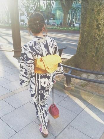レトロ風の花柄が珍しい浴衣には、黄色の帯をさし色に使って。カジュアル過ぎず、綺麗め過ぎない程よいお洒落コーデです!