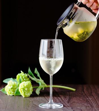 ウェルカムドリンク風におうちにあるワイングラスに水出し茶を注ぐなんていかがでしょうか?ワイングラスの深さや厚さを変えることで、お茶の繊細な香りも楽しめるんです。見た目も爽やかですし、おもてなしをする際にもぴったりですね。