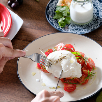 モッツァレラチーズの中に、とろける生クリームが入ったブッラータは、3種類のハーブでマリネしたトマトと一緒にいただきます。ナイフを入れると、仲からモッツァレラチーズと生クリームがとろ~り。ほっぺたが落ちそうなおいしさです。
