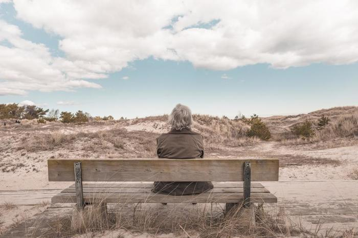 仕事を引退したり、それまで参加していたコミュニティから身を引く年齢になると、少し淋しさを感じる一方、無理な人付き合いから解放されて気が楽になることがあります。他人と自分との能力差や境遇を比べてストレスを感じる必要もなく、自分の価値観に従ってマイペースに過ごすことができる毎日は、心に平穏な幸福感をもたらしてくれると言えます。