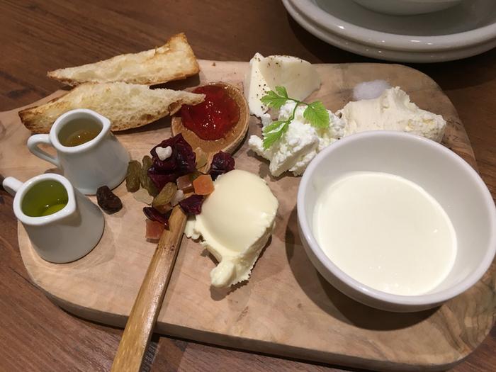 フレッシュなチーズをそのままいただいて、それぞれの味の違いを楽しめる5種盛のチーズ。パンにそえたり、オイルをかけて、味わいながらいただきます。