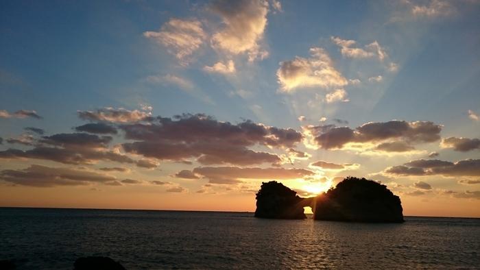 島の中央に円月型の穴がある事からその愛称で呼ばれる島。日か沈む時間にはロマンチックな情景が広がり、ぜひ訪れたいスポット。夏は6時半ごろ、冬は4時半頃がねらい目。