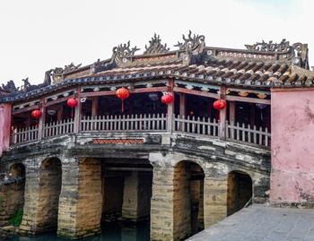 世界文化遺産に登録されている「古都ホイアン」。最寄りのダナン国際空港から車で約40分。町は徒歩で回れるほど小さいですが、ホイアンのシンボル「来遠橋(日本橋)」や中国式建築が見られる「福建會舘(フッケン会館)」、築200年の歴史を誇る「馮興家(フーンフンの家)」など見どころがたくさんありますよ。