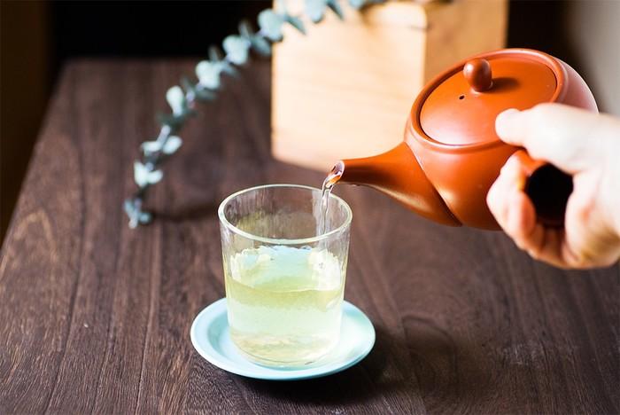 気温が高くなると飲みたくなるのが冷茶。だけど冷蔵庫で1日寝かせて水出しするのはちゃっと待てない・・・という時の為に、覚えておくと便利なのが、急須で簡単にできる水出し茶の淹れ方です。