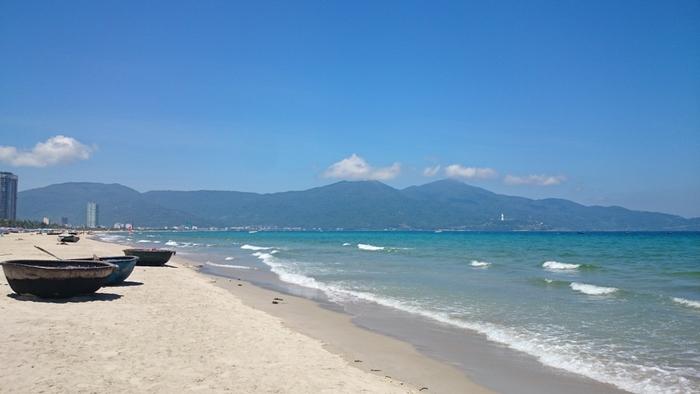 ダナンに来たら絶対に訪れたいのが「ミーケービーチ」。中心街からタクシーにて15分ほどでアクセスでき、アメリカ経済誌フォーブスの「世界で最も魅力的なビーチの一つ」にも選ばれています。ビーチのベストシーズンは5~8月。この時期は晴天が多く、海の透明度も増すため、海と空の青のコントラストを楽しめますよ。