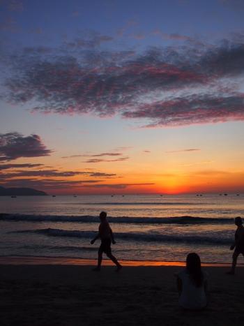 ミーケービーチには、騒がしい都会的なムードはなく、のんびりとしたローカルな雰囲気を味わえます。更衣室やシャワールームもあるため、最終日に立ち寄っても安心です。また、朝焼けも綺麗なので、ちょっと早起きをして、ビーチを散策してみるのもいいですね。