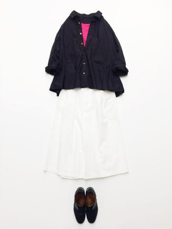 ダークカラーのシャツから、ヴィヴィッドピンクのインナーをちら見せ。この差し色があるだけで、ルックのこなれ感がググッと底上げされるんです♪