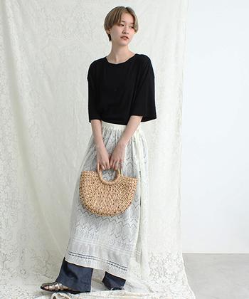 レース特有の透かし模様を楽しむなら、重ね着用のアイテムを持つのもいいですね。こちらのスカートは、数種類の模様を組み合わせた上品なデザイン。あえてメンズライクなコーデにプラスして、絶妙なミックス感にまとめるのもアリです。