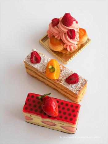 上から順に…「季節のサントノーレ(薔薇とラズベリー)」は、ざくざく食感の土台に、カスタードが詰まったプチシュー、薔薇のクリームやライムクリーム、そしてラズベリーの酸味がアクセントになっています。「ミルフォイユ」は、サクサクのパイ生地にキャラメルクリームとアプリコットクリームで変化を付けて。「フレジエ」キルシュの効いたスポンジに、いちごとムーステリーヌの組み合わせが美味。