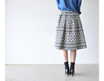 スカートを穿きたいときは、風が吹いてもめくれにくい肉厚生地がGOOD!厚手のコットンやポンチなど、安心感のある素材を選びましょう。