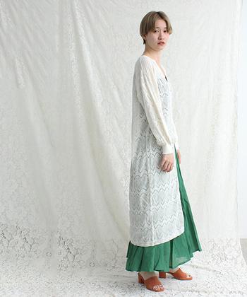 軽やかなフレアスカートの日は、風による裾の揺れを抑えてくれるロングカーディガンがお役立ち。ウエストでベルトマークするとスタイルアップ効果も期待できます♪