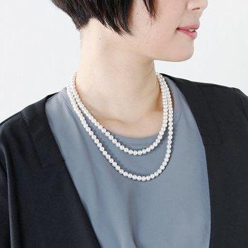 着るものではなく、アクセサリーで顔回りをライトアップするのも効果的。パールネックレスをプラスすれば、コーディネートに明るさとリッチ感が備わります。