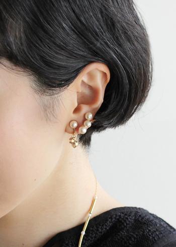 よりさり気なくパールを添えたい方は、ピアスやイヤリングで取り入れてみましょう!ホワイトの輝きが映えるよう、髪はすっきりと耳にかけて。