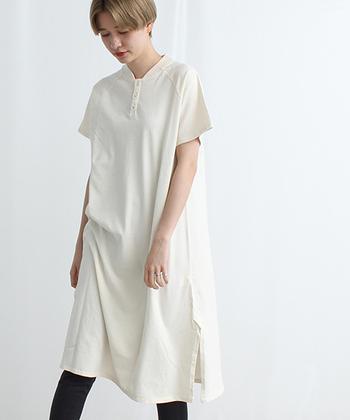カジュアルな中に清楚な雰囲気も漂う、真っ白なポロワンピース。裾に向かって自然に広がっていくすっきりしたデザインで、一枚で着るのはもちろん、パンツやスカートとの組み合わせにもよく合います。