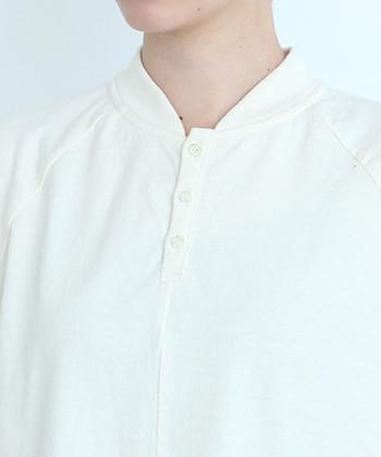 一般的なポロとは異なり、こちらのワンピースは襟のないシンプルな首元が特徴。首元が涼しげに見えるので、夏の装いにぴったりですね♪