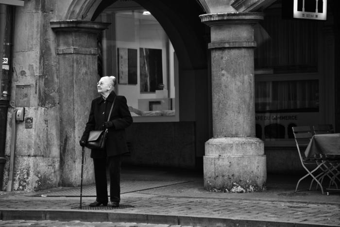 引退によって社会的な居場所を一部失ったとしても、時間的・精神的余裕ができたことで、共通の趣味などを持った人々と新たな人間関係を築けるのも楽しみのひとつです。また、これまでの経験を活かし、別の形で社会貢献をしようと取り組む高齢者には、より自分らしい新たな居場所とやり甲斐が生まれます。