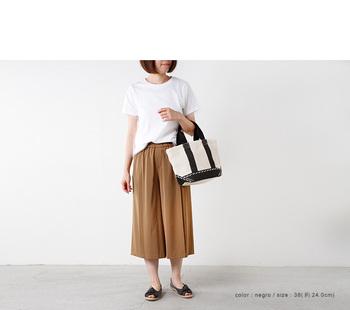 ぺたんこのフラットシューズも、オープントゥならグッと女性らしい印象に。フロントの立体的なリボンが、着こなしをナチュラル&フェミニンに導いてくれます。