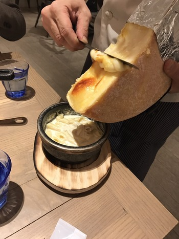 こんがり表面が香ばしく焼けたとろ~りラクレットチーズは、濃厚な味わい。パンにつけて食べるととまりません。