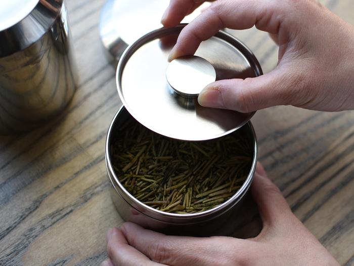 茶葉はとてもデリケート。そのままにしておくと湿気や気温、光、臭いなどに影響され、風味や香りが落ちてしまいます。一度風味が落ちてしまうと、元の風味には戻りませんので注意が必要です。保管には温度の変化や臭いの影響が少ない、冷暗所での保管がベスト。茶筒などに入れて、2週間から1ヶ月の間に飲みきるようにしましょう。