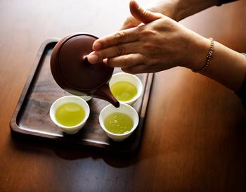 煎茶を淹れる時のポイントは、種類によって温度を変えること。煎茶には「並煎茶」や「上級煎茶」などの種類があり、並煎茶はやや高温、上級煎茶は低温と覚えておくと良いでしょう。