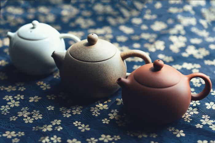 急須のふたには穴が開いていますよね?その穴の位置は、注ぎ口の近くにしておいてください。そうすると、お茶を注ぐ際に空気が入り、中の茶葉が動いて旨味が引き出されるのです。