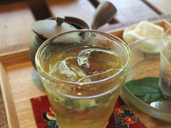 暑くて喉が渇く季節には、ごくごく飲める冷たい緑茶がおいしいですよね。水出し緑茶は氷や水でじっくり淹れると旨味成分の多いまろやかな味になります。そんな水出し緑茶の淹れ方は動画でご紹介します。