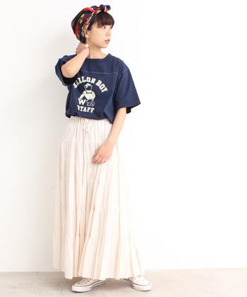 """白いスカートなら一枚は持っておきたい""""ティアードスカート""""。カジュアルなTシャツなどを合わせて、あえて甘すぎないコーデにまとめるのがオススメです。"""